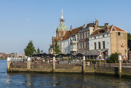 Dordrecht, Nederland - 13 september 2016: Terras in Dordrecht met Groothoofdspoort en het water van de Merwede in Zuid-Holland, Nederland.