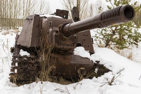 Roestige metaaltank of kanon in Chernobyl in de Uitsluitingsstreek in de winter in de Oekraïne.