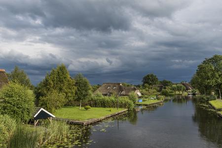 Giethoorn, 네덜란드 -2006 년 7 월 30 일 : Jonen 위의 폭풍 구름 Giethoorn, Overijssel, 네덜란드의 작은, 아름 다운 마을 근처.
