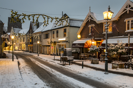 Wijk bij Duurstede, Netherlands - December 11, 2017: Shopping street in december during Xmas and winter with shops and snow. Redactioneel