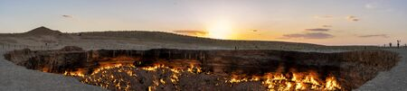 Panorama of th fire of the Darwaza  (Derweze) gas crater in the Karakum Desert in Turkmenistan. Imagens