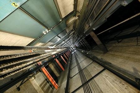 Le point de vue jusqu'à l'intérieur d'une cage d'ascenseur de haut.