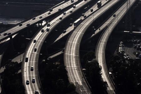 aerial: veduta aerea di Santa Monica in autostrada