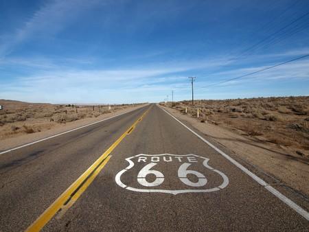 Historic Route 66 che attraversa il deserto Mojave in California