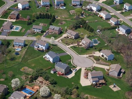 midwest usa: A perfect culdesac in a classic suburban neighborhood.