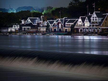 rows: Philadelphia Waterwerken 's nachts met feestelijke verlichting reflecties.