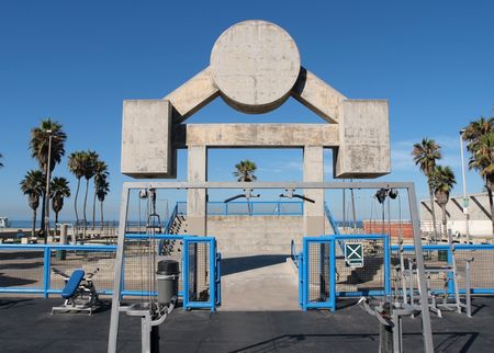 유명한 근육 해변. 베니스 캘리포니아에서 로스 앤젤레스 시티 파크 운동 시설.