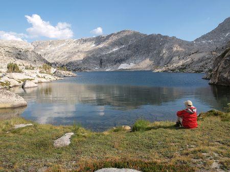 """john muir wilderness: Un excursionista vistas 10.568 """"Isla de las Tres Lake, en la John Muir Wilderness del Bosque Nacional de Sierra."""