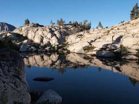 john muir wilderness: 10.760 'Pemmican Lake en el desierto de John Muir Bosque Nacional de Sierra. Foto de archivo