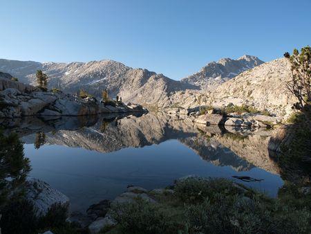 john muir wilderness: Isla de las Tres Lake en el desierto de John Muir Bosque Nacional de Sierra Foto de archivo