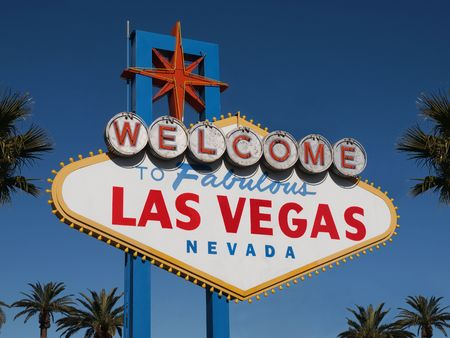 Historic Las Vegas Welcome sign with Palm Trees. Imagens - 6159503