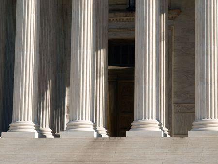 untied: Pilares de la justicia en el Tribunal Supremo estadounidense edificio en Washington DC.  Foto de archivo