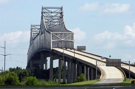 towering: Towering Gramercy puente sobre el r�o Mississippi en Louisiana rural.