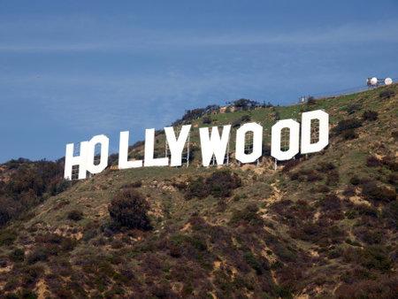 14: Los Angeles, California - 14 de enero de 2009: Sunny en el famoso letrero de Hollywood.   Editorial