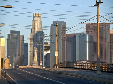 Warme sunrise licht op Los Angeles de eerste Street Bridge.  Stockfoto