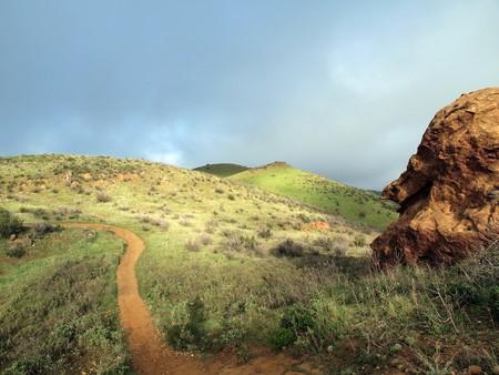 sentier: La suppression de brouillard le sentier Houmach dans les collines de Simi de Californie du Sud.