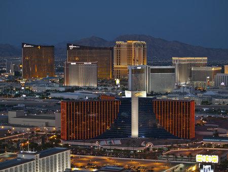 ile au tresor: LAS VEGAS NEVADA - 13 septembre : vue de nuit vers des stations Rio, Wynn et le �le au Tr�sor branch�es au coeur de la bande � Las Vegas le 13 septembre 2010.