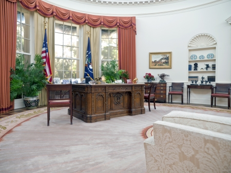 SIMI VALLEY, CALIFORNIA - SEPTEMBER 2:  Exact replica of Ronald Regan's White House oval office amazes visitors and educates school groups on September 2, 2009 in Simi Valley, California. 版權商用圖片 - 7895971