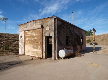 Small industrial building ruin with fire damage. Imagens