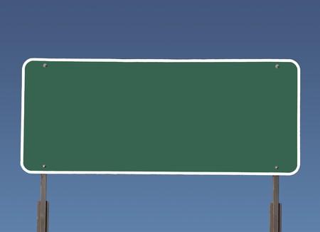 uithangbord: Grote lege groen snelweg verkeers bord met verloop blauwe hemel.  Stockfoto