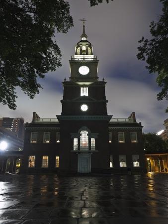 independencia: Independence Hall hist�rico parque nacional en una noche lluviosa en Filadelfia.