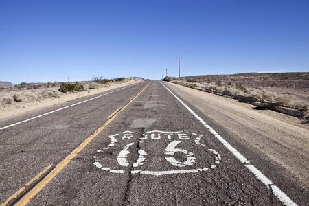 in disrepair: Cariati sezione della storica Route 66, attraverso il deserto del Mojave vasto della California.