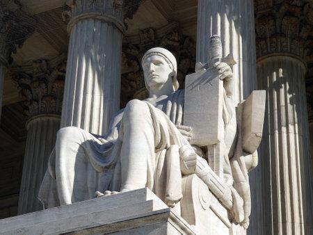 and authority: Washington DC, EEUU - el 10 de enero de 2010: La estatua de edificio de Corte Suprema de Estados Unidos hist�rico hab�a titulado Autoridad de la ley.