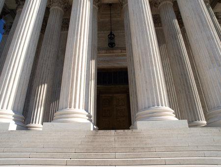 Washington DC, USA - 10. Januar 2010: historische vor der Tür am United States Supreme Court Gebäude in Washington DC.