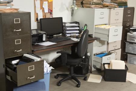 messy office: Ufficio molto disordinato con mucchi di file. Archivio Fotografico