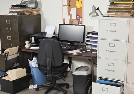 oficina desordenada: Espacio de trabajo desordenado con pilas de archivos. Foto de archivo