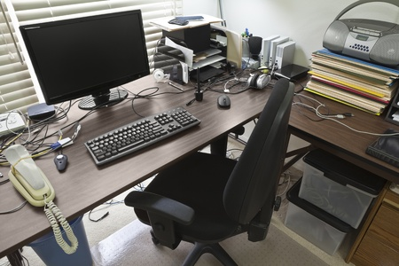 Busy, cluttered, home office table desk. 版權商用圖片 - 9927856