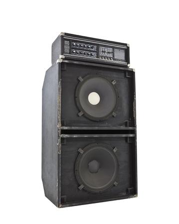 汚れた古い 800 w ベースアンプ巨大な 15 インチのスピーカー。大音量で地震をシミュレートします。