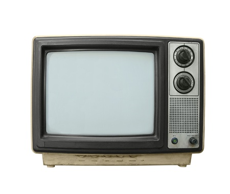 television antigua: Paliza grungy viejo televisor aislada sobre fondo blanco.