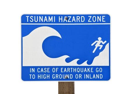 evacuacion: Señal de alerta de tsunami zona aislada en blanco. Foto de archivo