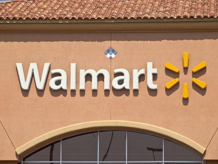 walmart: Porter Ranch, California, EE.UU. - 15 de septiembre de 2011: t�pico suburbio Walmart caja grande tienda en se�al de luz de la tarde. Editorial