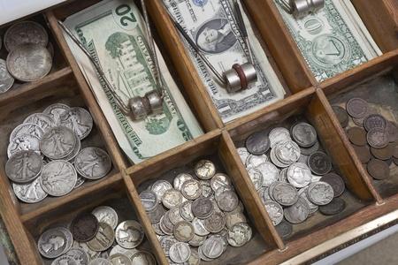 cassettiera: Soldi cassetto vintage con vecchie monete degli Stati Uniti dal 1930.