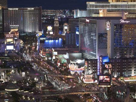 schateiland: Las Vegas, Nevada, USA - 6 oktober 2011: begin van de avond licht op Treasure Island, Trump, Flamingo en andere resorts op de Las Vegas strip in het zuiden van Nevada.