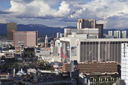 schateiland: Las Vegas, Nevada, Verenigde Staten - de 06 oktober 2011: Middag stormen stap naar Treasure Island, Trump, Flamingo en andere plaatsen op de Las Vegas strip in het zuiden van Nevada.