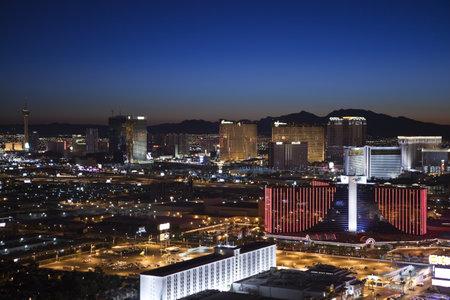 schateiland: Las Vegas, Nevada, USA - 13 september 2010: Zonsopgang in de Rio, Wynn en Treasure Island resorts op de Las Vegas strip.