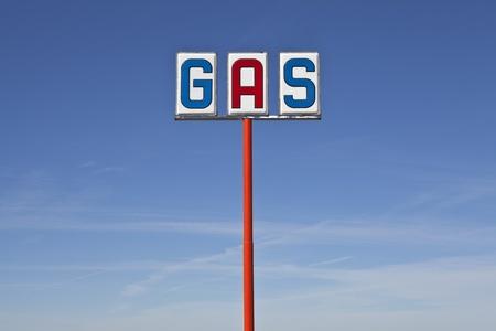gasolinera: Alto signo �poca de gas seno del desierto la luz.