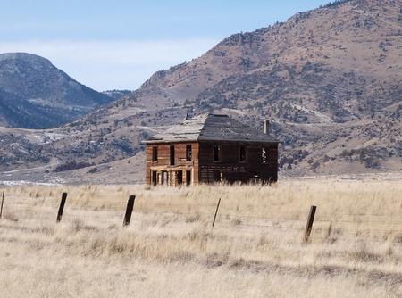 pioneer: Pioneer house ruin in rural Montana, USA.