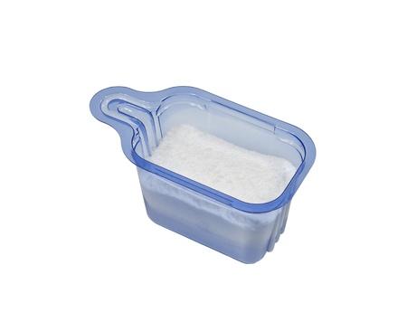 lavadora con ropa: Azul de pl�stico de detergente de lavander�a en polvo aislado en blanco.