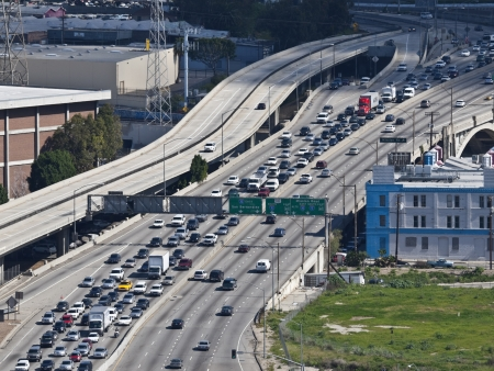 Los Angeles, California, USA - Feb 22, 2010:; Middag file op de drukke Hollywood Freeway 101 in Downtown Los Angeles.