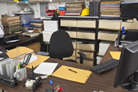 oficina desordenada: Sucias, mesa ocupada en un almacén de back office.