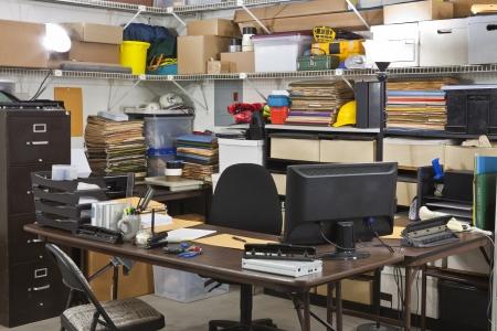habitacion desordenada: Oficina del almac�n ocupado env�o y recepci�n de mesa de departamento. Foto de archivo