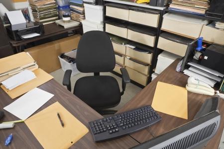 oficina desordenada: Almacén del departamento de envíos puesto de trabajo.