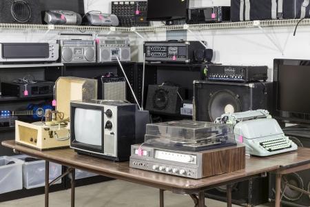 Vintage Unterhaltungselektronik in einem funkigen Sparsamkeit Antiquitätengeschäft