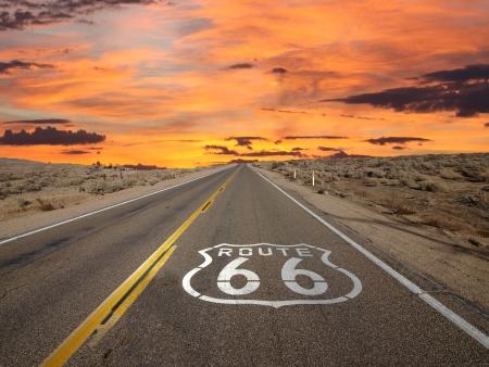 Route 66 chaussée signe lever du soleil dans le désert de Mojave en Californie. Banque d'images