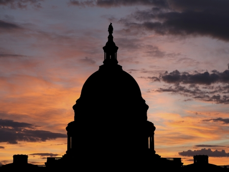 constitucion: Estados Unidos silueta cúpula con el cielo del amanecer.
