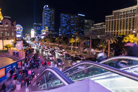semaforo peatonal: Tráfico peatonal ocupado en la calle principal de Las Vegas. Editorial